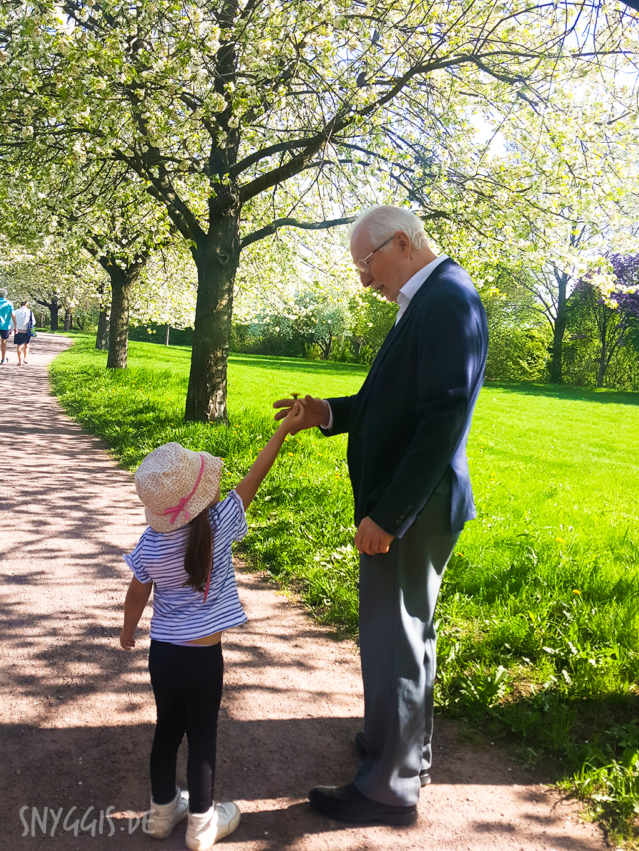 Fini schenkt Opa eine Blume