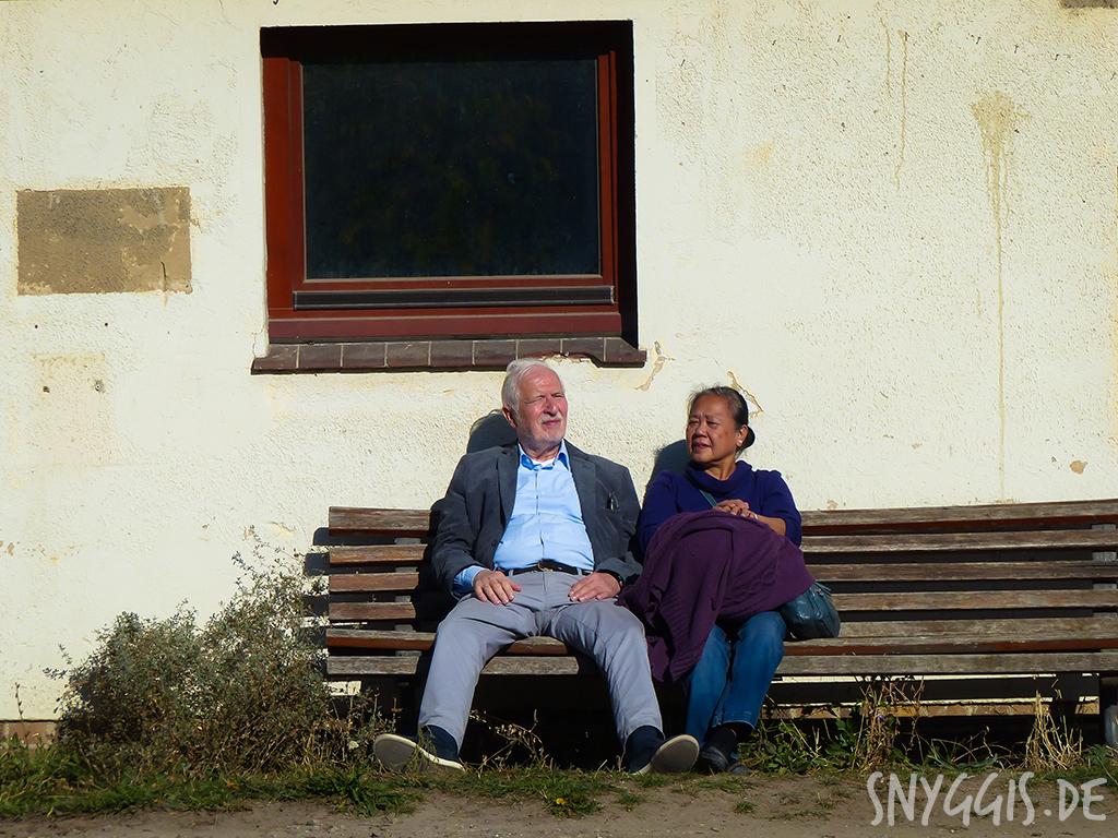 Oma und Opa genießen die Sonne
