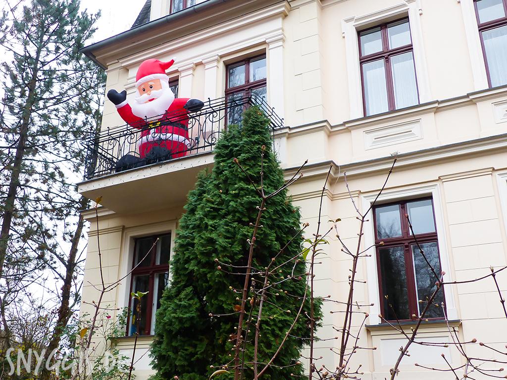 Weihnachtsmann auf dem Balkon