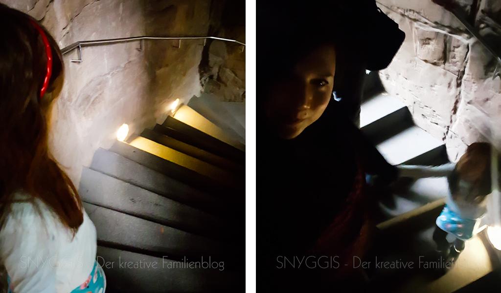 Herabsteigen der dunklen Treppe