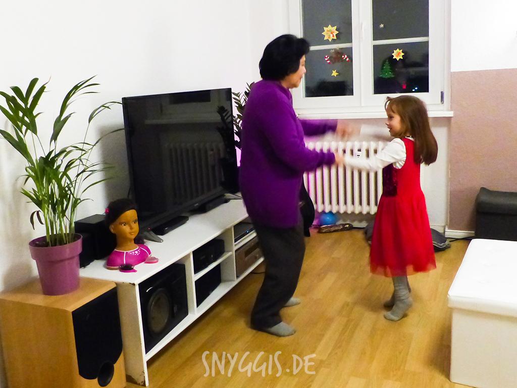 Oma und Mini-Snyggis tanzen