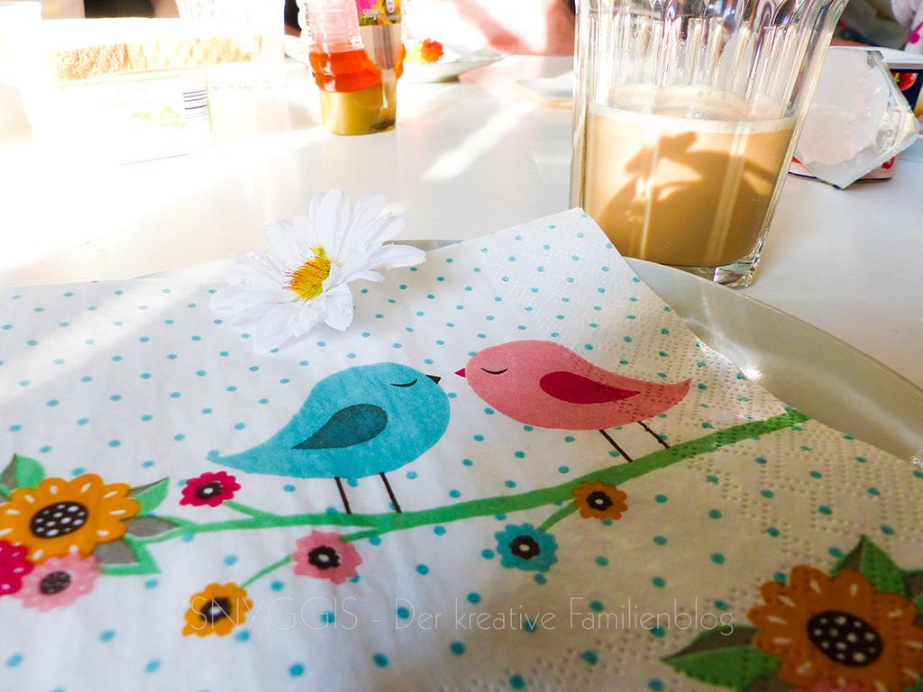 Mini Snyggis deckt den Frühstückstisch