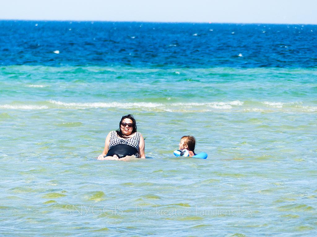 Mama und Fini im Wasser