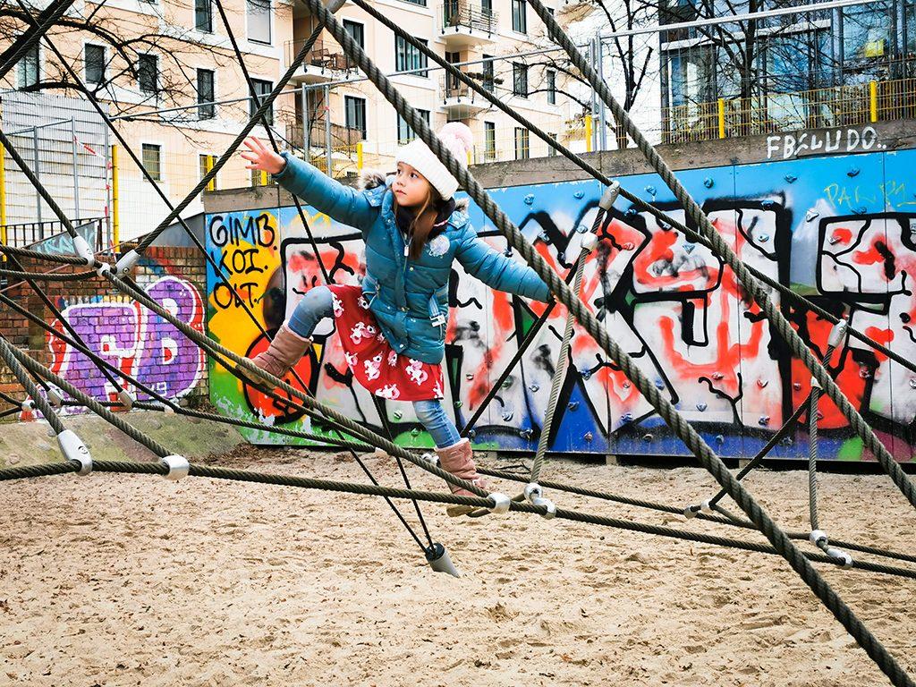 auf-dem-Spielplatz-klettern