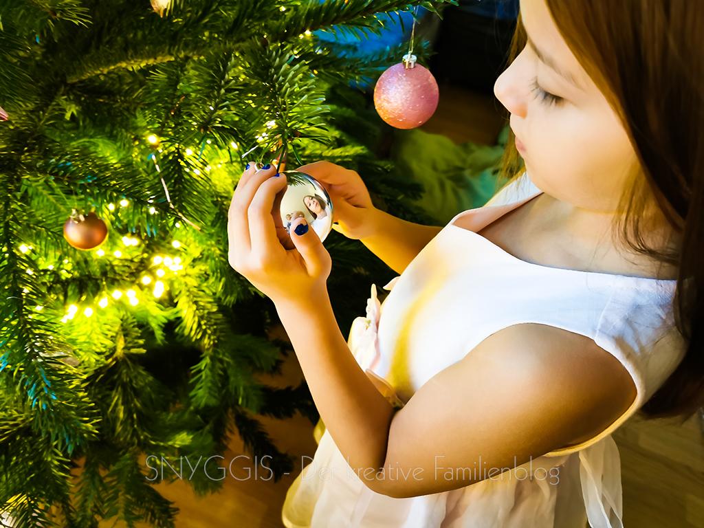 Mini-Snygiis-vor-dem-Weihnachtsbaum