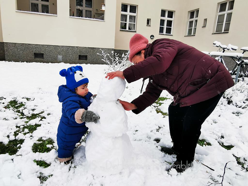 Oma-und-Quietschi-bauen-einen-Schneemann